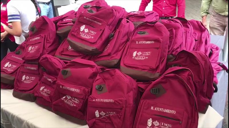 Entregan mochilas a estudiantes en condiciones vulnerables