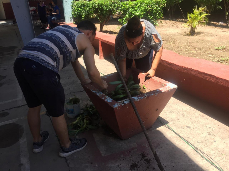 """Se unen maestros para limpiar Secundaria """"Miguel Hidalgo"""""""