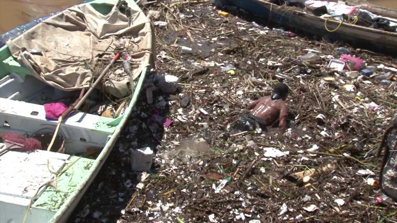Trabajador ejemplar apoya en retirar toneladas de basura de la biobarda
