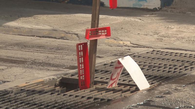 Rejilla hundida en cruce de la calle Río Suchiate y Lázaro Cárdenas en Los Pinos