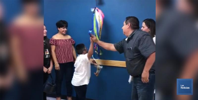 Miguel Ángel logra superar el cáncer; toca la campana de Sanación en el IMSS