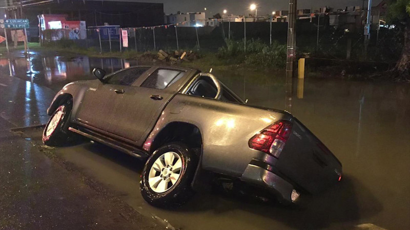 Perdonan infracción a conductor de vehículo que cayó en socavón
