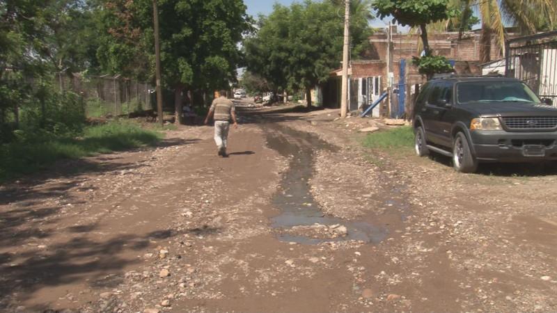 Fuga de aguas negras por la calle Rosendo L. Rodríguez