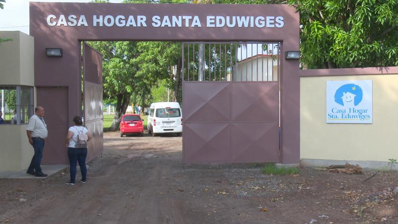 Entregan apoyos a niños de la casa hogar Santa Eduwiges