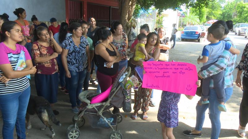 Madres de familia exigen espacios para sus hijos en el sector educativo