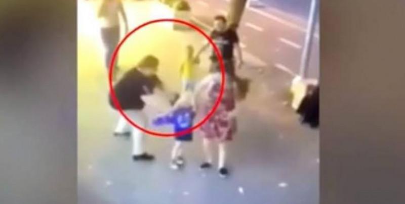 VIDEO: Mujer apuñala en la cara a niño de 3 años
