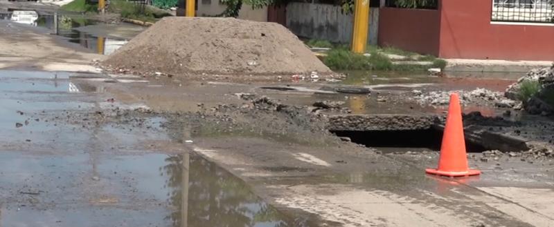 Fuga y reparación de brote de aguas negras causa grandes charcos