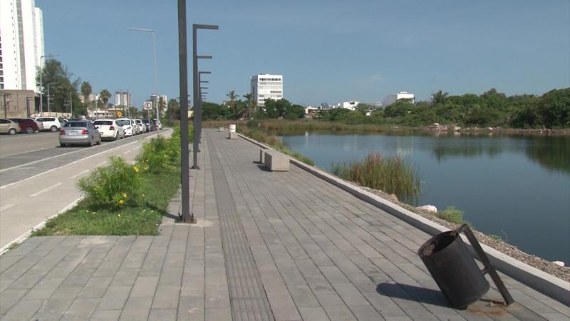 Se roban botes de basura del Parque Central en Mazatlán
