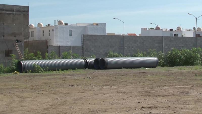 Llega tubería para reparar socavón en Mazatlán
