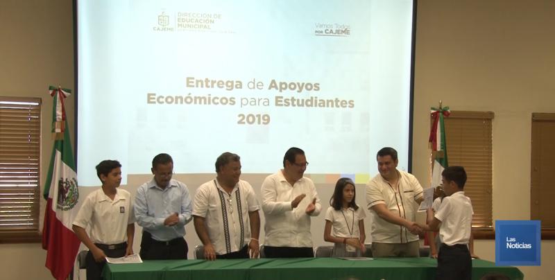 Entrega Ayuntamiento de Cajeme apoyo económico a 142 estudiantes de primaria y secundaria