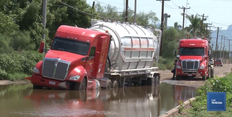 Por baches y lodo, queda varado trailer en el PICO