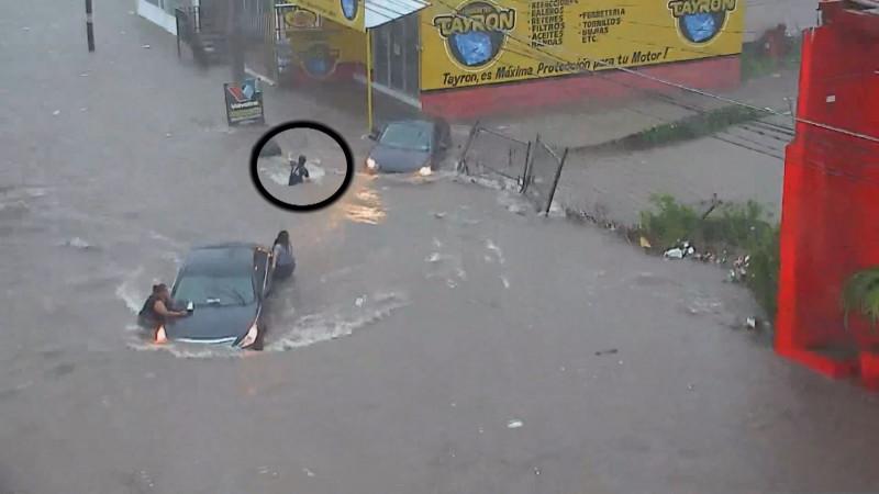 En medio de la lluvias desaparece mujer, es succionada por una alcantarilla