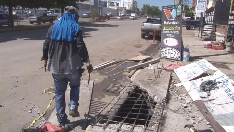Particular repara alcantarilla abierta ubicada en Zapata y Victoria