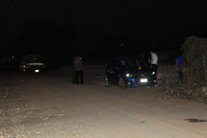 Encuentran a persona asesinada al interior de un vehículo