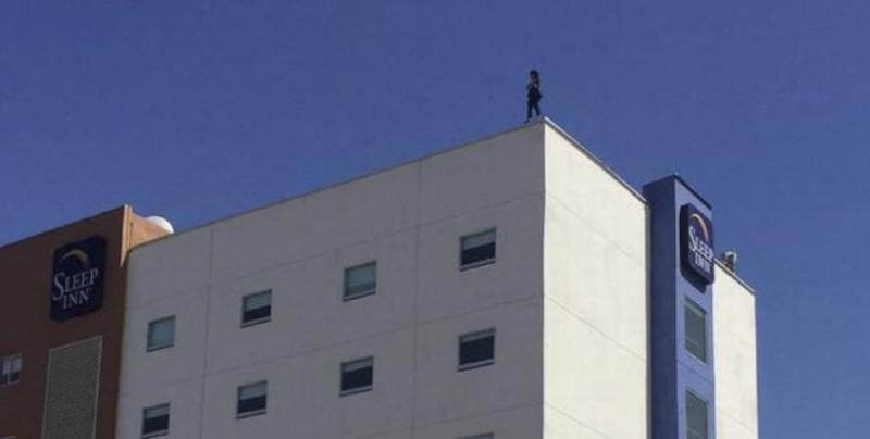 VIDEO: Mujer se lanza de la azotea de un Hotel en Tijuana