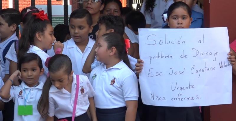Exigen solución por aguas negras, alumnos de primaria José Cayetano Valades