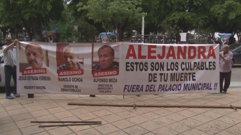 Con manta señalan a funcionarios del Ayuntamiento como culpables de la muerte de joven succionada en alcantarilla