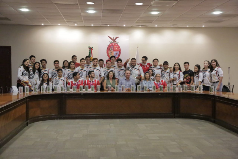 Cumple el Gobernador Quirino Ordaz con medallistas en Olimpiada Nacional