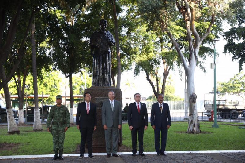 Montan guardia de honor ante los monumentos de los Héroes de la Patria