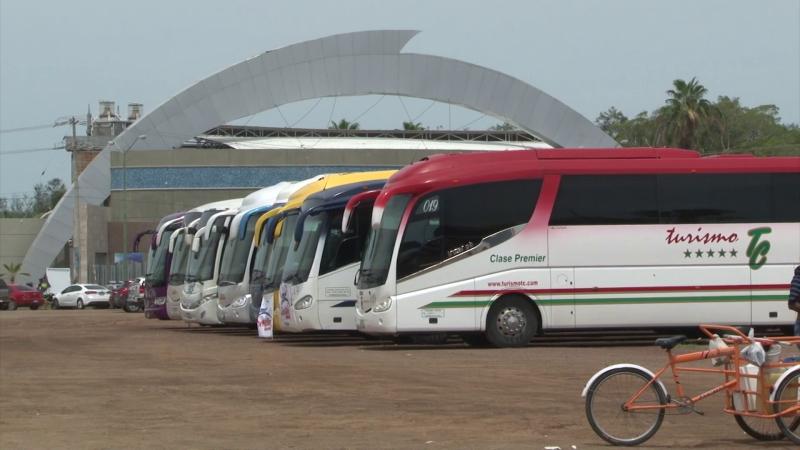 Llegan llenos camiones charteros a Mazatlán