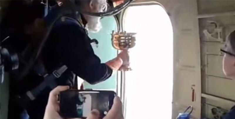 Sacerdotes lanzan agua bendita desde un avión para evitar caer en la lujuria