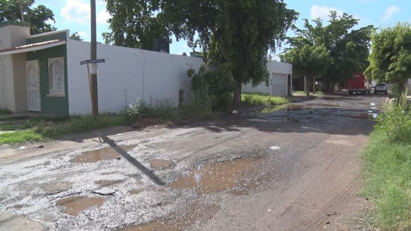 Destrozadas las calles en el Fraccionamiento Riveras de Tamazula