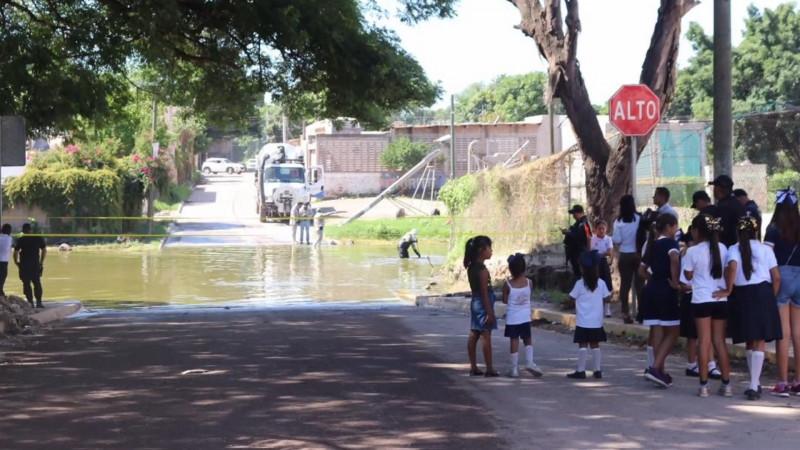 Se manifiestan por aguas negras en escuelas