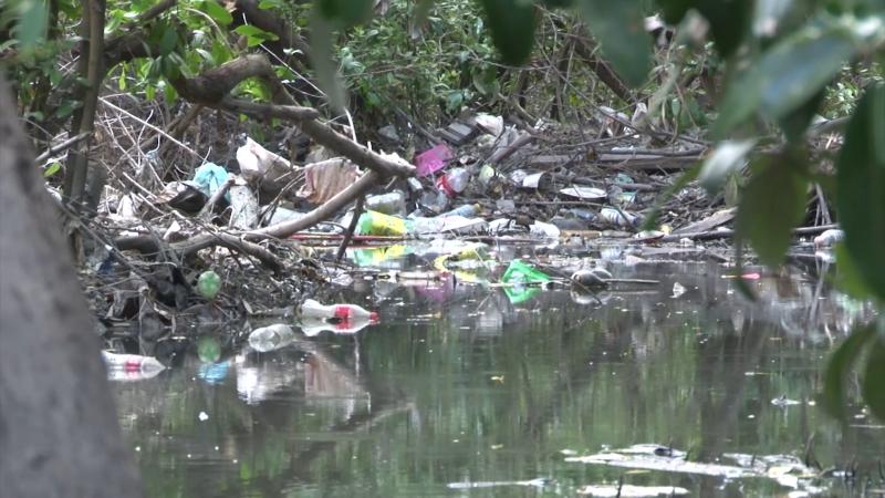 Canal pluvial de la colonia Azteca,  saturado de basura