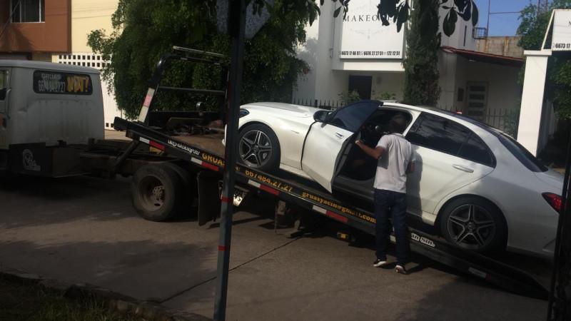 Resulta herida mujer en aparente despojo de su carro