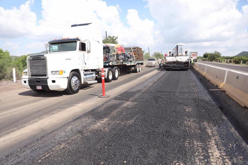 Colocan  nueva carpeta asfáltica en la carretera Benito Juárez