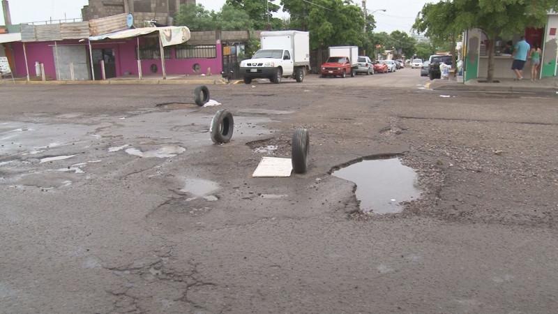 La Avenida Hilario Medina en la colonia Plutarco Elías Calles se encuentra llena de baches