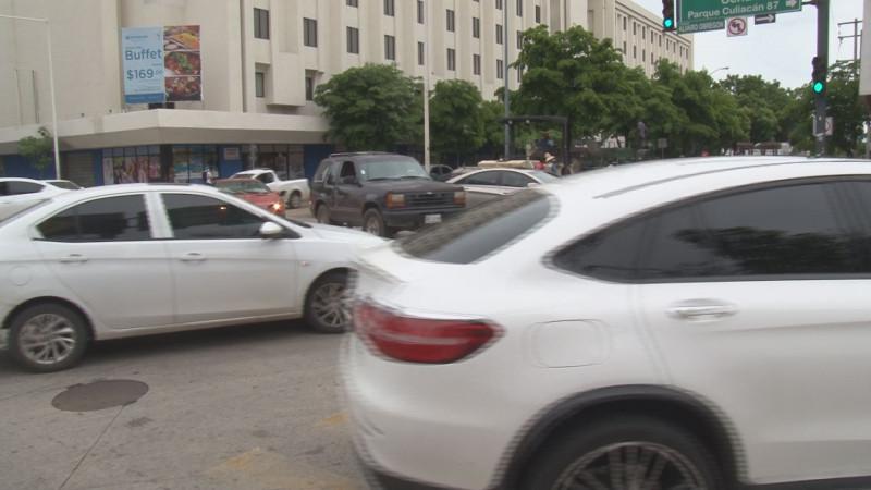 Obras de reencarpetado en el centro de Culiacán provoca intenso caos vehicular