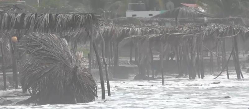 """""""Lorena"""" afecta severamente a palapas de la Isla de la Piedra"""