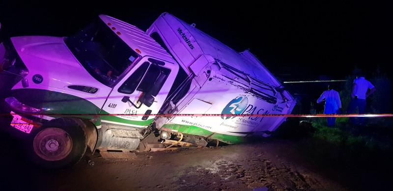 Muere trabajador de PASA al caer camión recolector en socavón