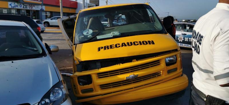 Carambola deja cinco menores de edad y una mujer herida, se transportaban en un vehículo escolar