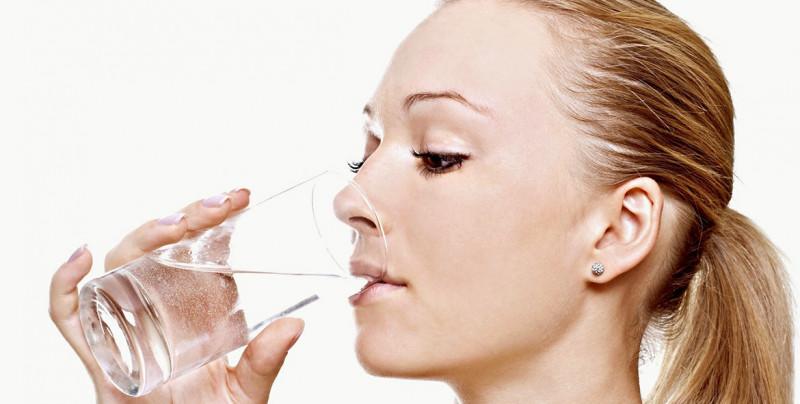 Recomiendan beber al menos dos litros de agua al día