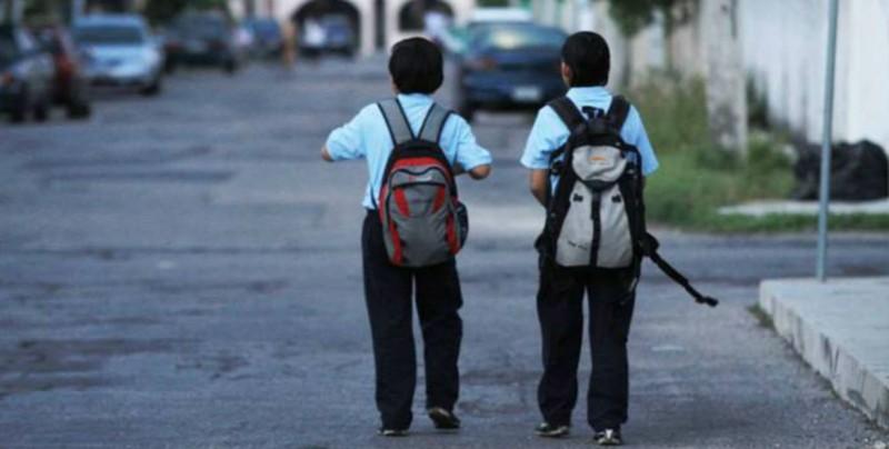 Verifique el peso de las mochilas de sus hijos