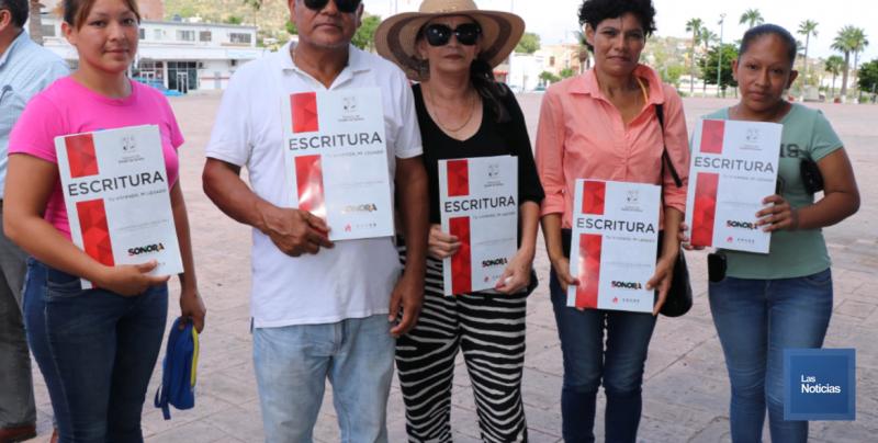 Entregan títulos de propiedad a familias en Guaymas