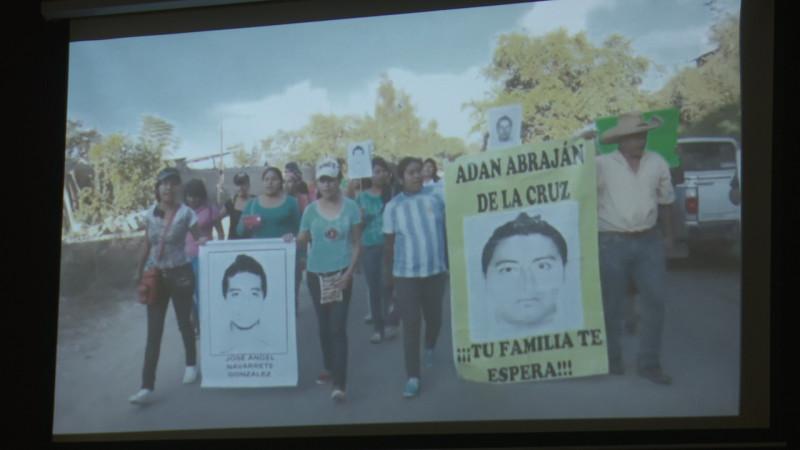 Proyectan documental de Ayotzinapa