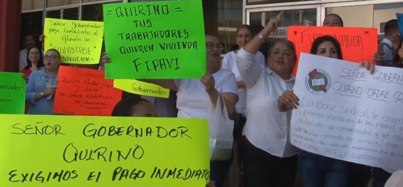 Trabajadores de STASE se manifiestan en la Unidad Administrativa de Mazatlán
