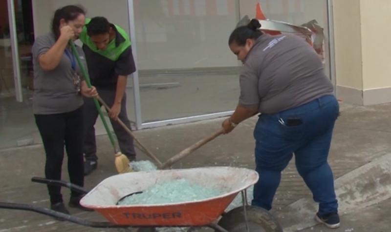 Espectaculares y ventanas caídas son daños reportados por comercios en Mazatlán
