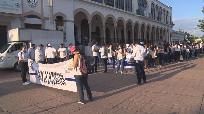 Marchan estudiantes de la UAS este 2 de octubre