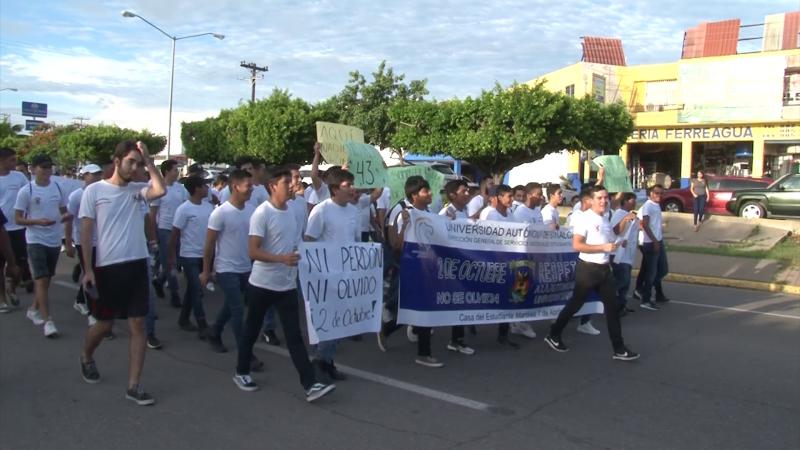 Marchan estudiantes para conmemorar el 2 de octubre