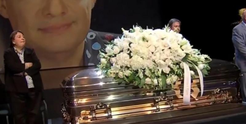 Entre aplausos despiden los restos de José José en Miami