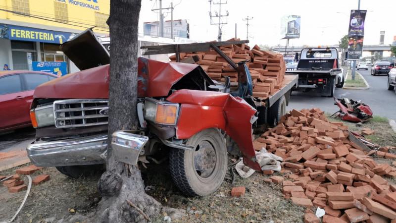 Pierde el control y choca camión cargado de ladrillos