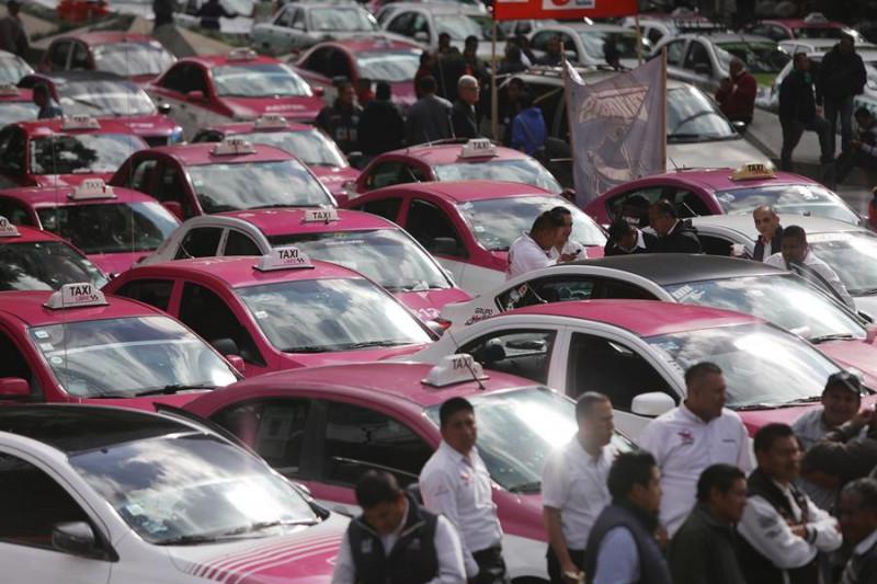 Taxistas protestan contra plataformas de transporte como Uber y Didi