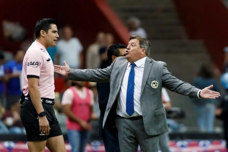 Entrenador del América suspendido tres juegos por insultos al árbitro