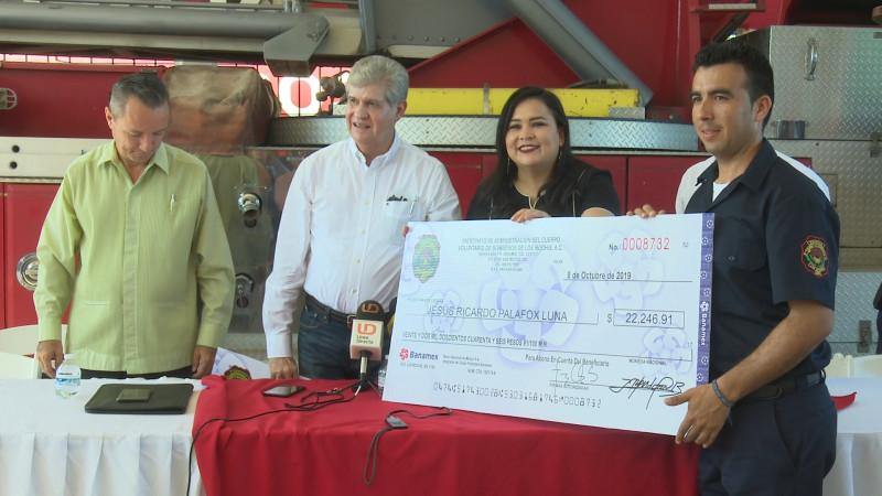 Entregan estímulos económicos a bomberos de Los Mochis