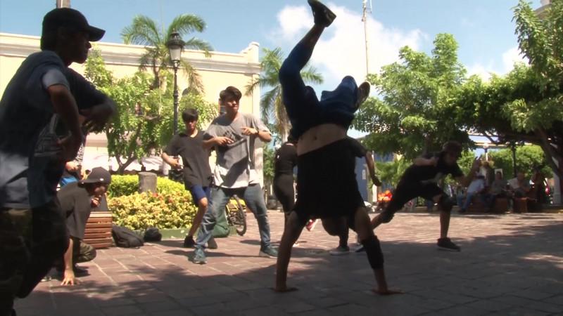 Sorprenden a cruceristas con 'Hip Hop' en Mazatlán