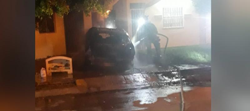 Incendio de carros de manera simultánea moviliza a cuerpo de bomberos
